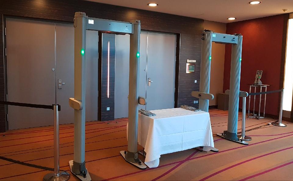 Portabler Ganzkörperscanner in der Lobby eines Hotels